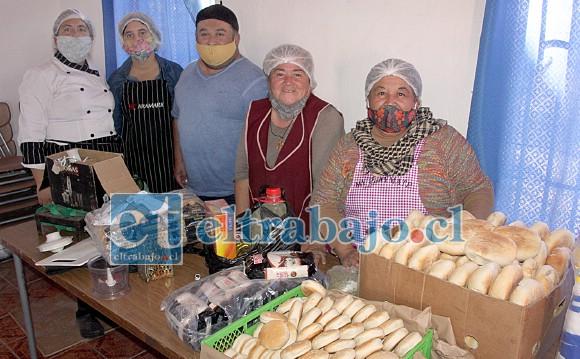 AMOROSA INICIATIVA.- Ellos son los voluntarios que sábado a sábado están cocinando y regalando almuerzos a los vecinos que los quieran ir a retirar.