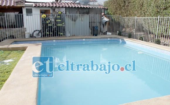 BENDITA PISCINA.- De esta piscina los vecinos sacaron agua para enfrentar las llamas.