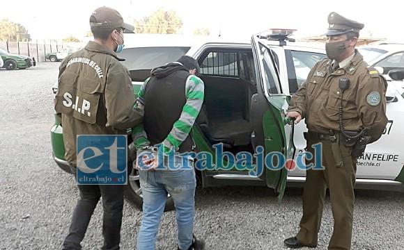 En la imagen se puede apreciar a uno de los imputados en momentos que es subido al carro policial para ser trasladado al juzgado de garantía de San Felipe.