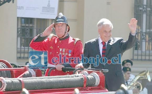 En la foto de archivo el presidente de la república, Sebastián Piñera Echeñique saludando a los Bomberos.