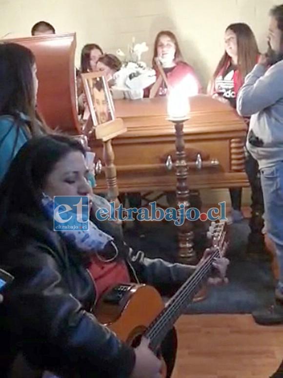 SINGULAR DESPEDIDA.- Aquí vemos a las primas y sobrinas de Francisco Salgado, ofreciendo una Serenata en pleno velatorio del querido vecino.