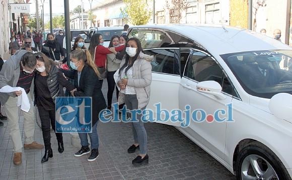 AMARGA DESPEDIDA.- La gran caravana se detuvo frente a Imprenta Aconcagua en Calle Prat, los locatarios cercanos sacaron pañuelos blancos y confortaron a Silvia González.