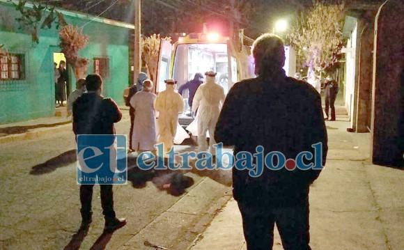 Personal de la Autoridad Sanitaria llegó noche del martes hasta calle Uno Norte, donde se desató el violento incidente.