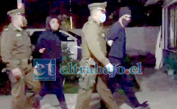 Carabineros conduce a dos de los detenidos acusados de secuestro, hasta las dependencias de la unidad policial de Santa María.