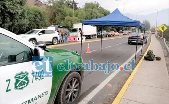Control policial en Punta El Olivo, uno de los tantos sectores que están siendo custodiados para evitar el desplazamiento de personas que no cuenten con sus respectivos permisos.
