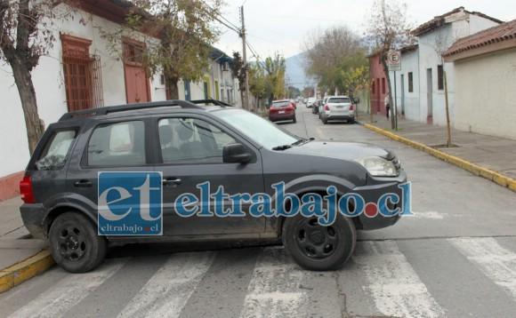 PUDO SER PEOR.- El auto menor colisionado quedó en media calle tras ser impactado en calle San Martín.