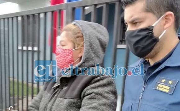 La imputada saliendo del cuartel de la PDI, quedó en libertad con medidas cautelares.