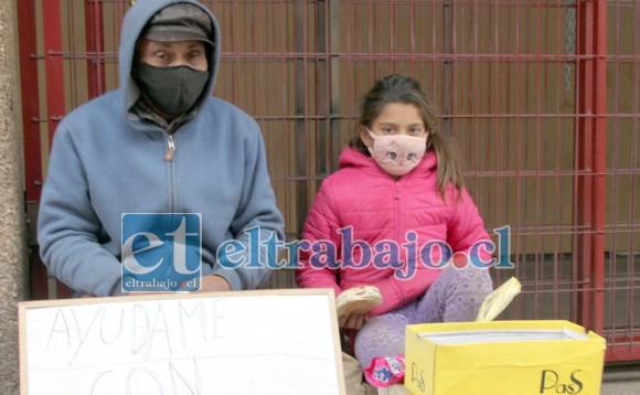 PIDEN EN LA CALLE.- Frente al Abcdin se instaló Francisco y su nieta Dulce Almendra, una ayuda en efectivo no les caería mal.