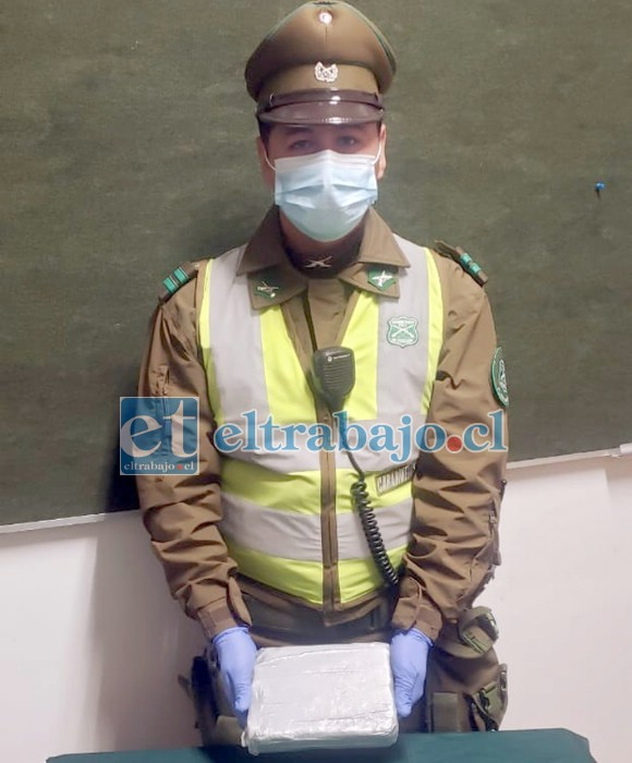 El cabo 1° Franco Pérez muestra a Diario El Trabajo la droga de alta pureza incautada la noche de este martes en un retén en Llay Llay.