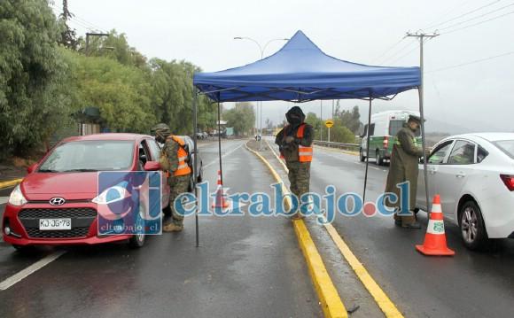 A CUBIERTO.- Militares y carabineros debieron instalar toldos en carretera para poder realizar su trabajo.