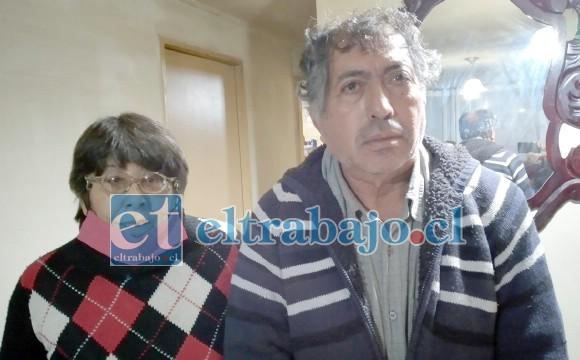 DENUNCIAN ABUSO.- Ellos son doña Mónica Contreras y su pareja Rafael Nieto Ibacache, quienes sobreviven con una mínima pensión, definitivamente no pueden pagar estas elevadas cuentas.