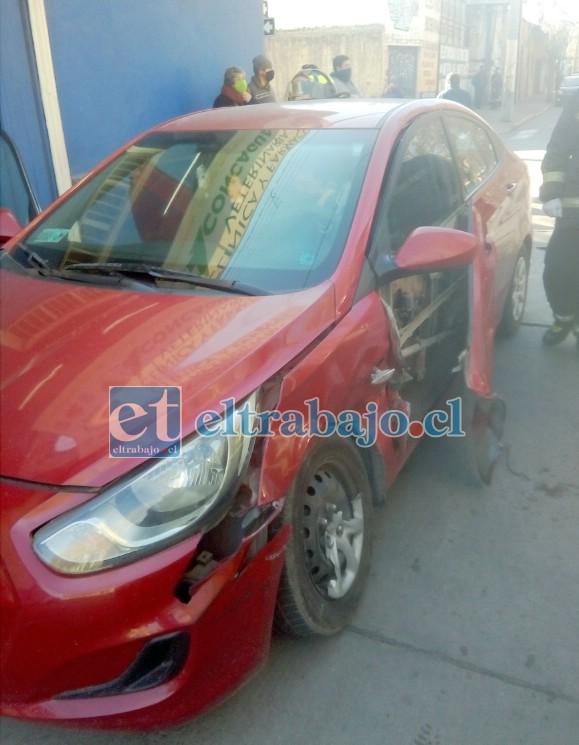 FUERTE IMPACTO.- Así quedó el vehículo particular, su puerta fue arrancada por la violencia del impacto.