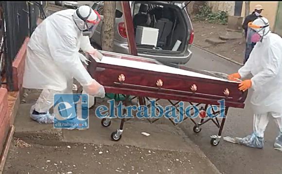 UNA TRISTE MAÑANA.- Con el Protocolo Covid-19 personal de Funeraria Almendral manejó la escena y el cuerpo del caribeño fallecido.