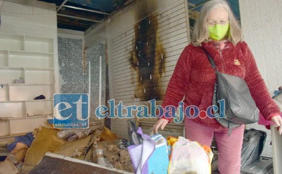 PERO SE LEVANTARÁ.- Las cámaras de Diario El Trabajo registran a doña Hilda Chávez caminando entre los escombros de su tienda.