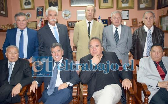 SUS AMIGOS.- Ellos son el actual Directorio de la Sociedad de Artesanos La Unión, quienes a través de su presidente hicieron presente sus condolencias.