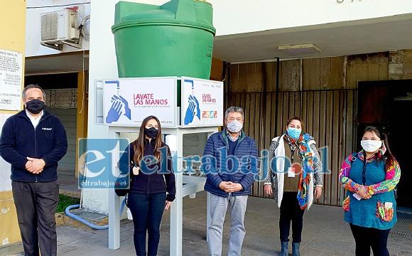 Representantes de la empresa Indumac hicieron entrega de dos lavamanos a la Municipalidad de San Felipe.