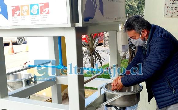 El alcalde (S) Jorge Jara utiliza uno de los dispositivos que quedó instalado en el frontis del municipio local.