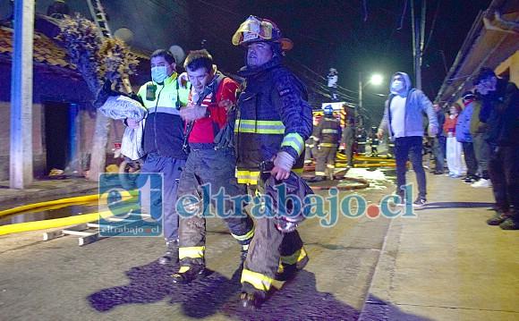 BOMBERO GOLPEADO.- Aquí vemos el momento justo cuando el bombero que cayó de gran altura, era trasladado por sus compañeros a un lugar seguro para recibir atención médica.