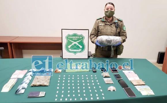 Una funcionaria nos muestra la droga y el dinero decomisado a las tres mujeres.