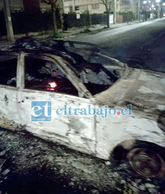 Así quedó el vehículo, un Charade de color blanco que se encontraba abandonado, tras ser afectado por el fuego.