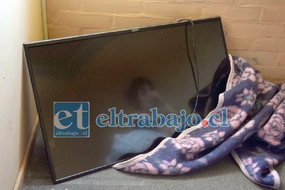 TELEVISOR QUEMADO.- Este televisor quedó inservible, su dueña María Contreras espera pronto saber qué otros artefactos perdieron.