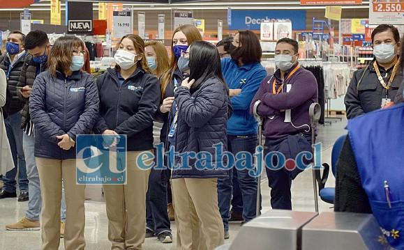 SAN FELIPE SE LEVANTA.- Ellos son los empleados del híper mercado esperando a que los primeros clientes ingresaran al local.