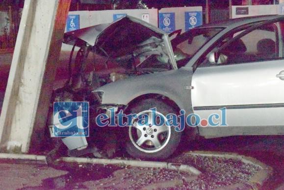 BOLSA LO SALVÓ.- Las bolsas de seguridad (airbag) amortiguaron el fuerte golpe, lo que impidió que este percance fuera una tragedia mayor.