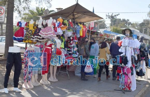 POCAS VENTAS.- En calle Merced, contiguo al Banco de Chile, la ropa de Fiestas Patrias abundan en exhibición, pero faltan clientes.