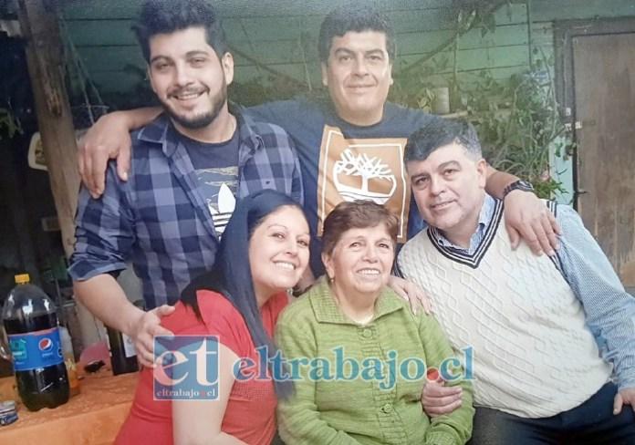 UNA VIDA EJEMPLAR.- Aquí tenemos a la Reina de la Familia Nora Aguirre Muñoz, acompañada por su hermano Cristian, sus hijos Carmen Gloria, Andrés y Carlos.