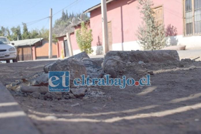 PELIGRO AL PASAR.- La calle principal de Camino del Inca luce así, la constructora Santa Sofía ha dejado cámaras de alcantarillado muy elevadas en media calle.