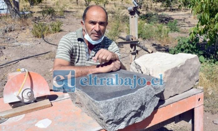LAS MANOS DEL MAESTRO.- Aquí vemos un lavamanos de granito a medio terminar, se puede apreciar la parte bruta y la parte trabajada.