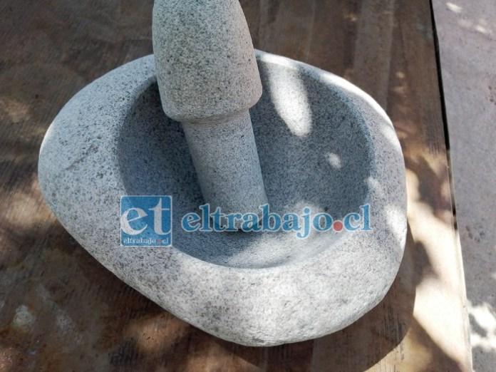 LOS MORTEROS.- Este pequeño mortero es elaborado de una simple piedra de río, la imaginación de Freddy no tiene límites.