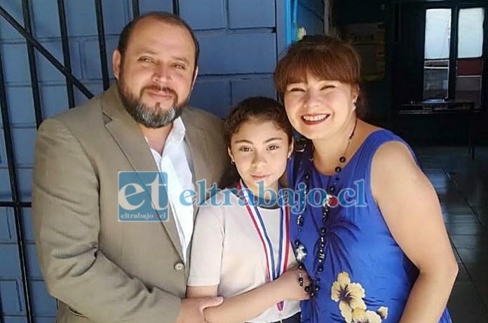EL TRÍO PERFECTO.- Aquí tenemos a Martina Aburto Quezada con sus padres Juan Carlos y Abigaíl.