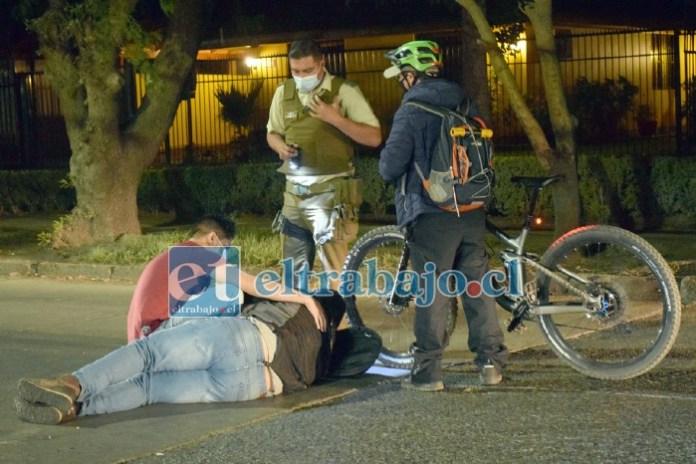 EN EL PAVIMENTO.- Este vecino hizo también todo lo posible para auxiliar al joven accidentado en la esquina de Regalado Hernández con Diego de Almagro.