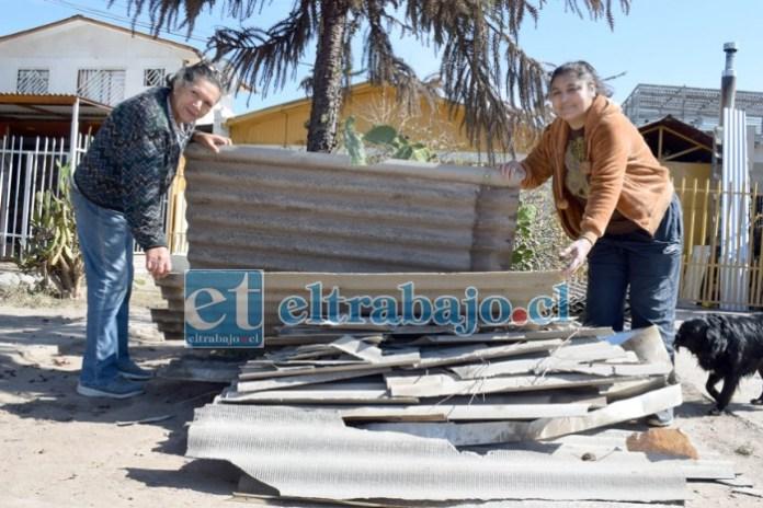 INVIERNO SIN GOTERAS.- Las cámaras de Diario El Trabajo captan a Valeria y su madre Elena Soto, removiendo escombros de asbesto cemento, luego que manos solidarias les cambiaron la dañada techumbre.