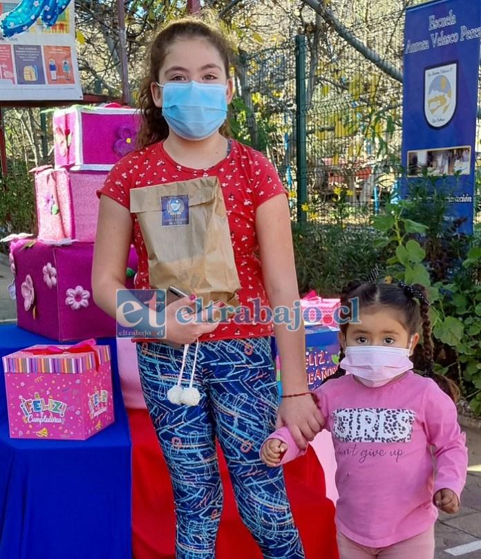 Amanda Olguín 4º Básico recibió sus regalos, y también invitó a su pequeña hermana.