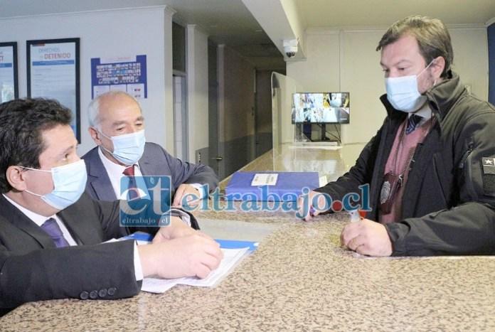 El alcalde Patricio Freire junto al abogado Pablo Vergara en el cuartel de la PDI donde se estampó la denuncia.