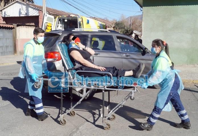 MUY GOLPEADA.- Las cámaras de Diario El Trabajo registran el accionar de los paramédicos del SAMU cuando trasladaban a esta vecina a su ambulancia.