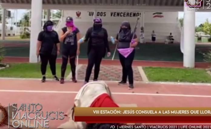 """Utiliza a mujeres encapuchadas para """"azotar a Jesús"""" en Tabasco; critican protestas feministas"""