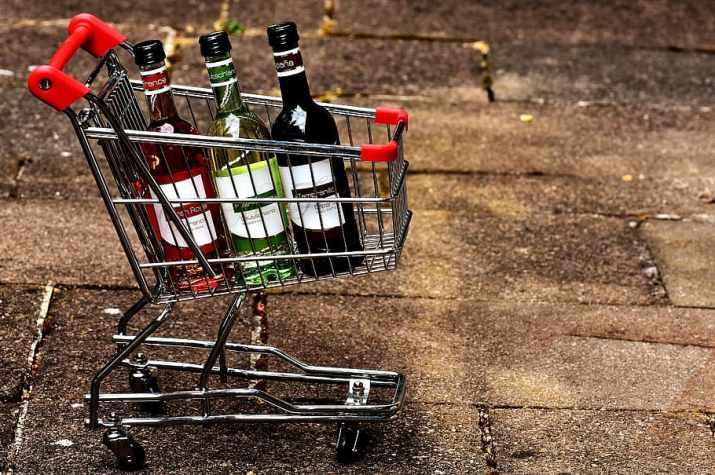 botellas de vino en carrito de compras
