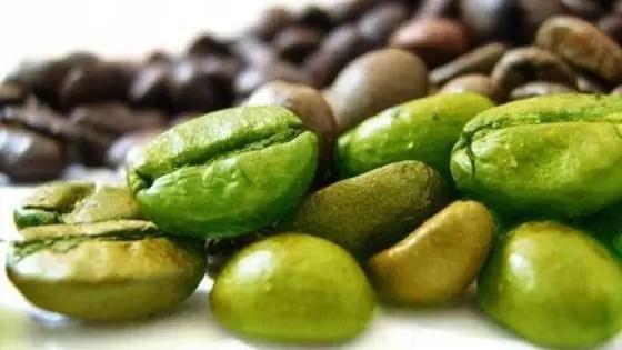 O teor de cafeína no café verde varia de marca para marca, com cerca de 20 a 50 miligramas de cafeína por cápsula.
