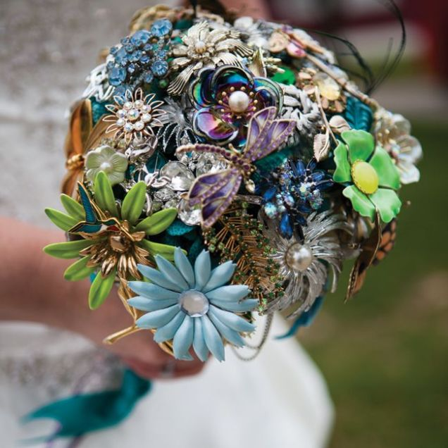 20 Chic Brooch Wedding Bouquets (with Diy Tutorial)