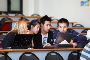 groupe d'étudiants asiatiques en amphithéâtre