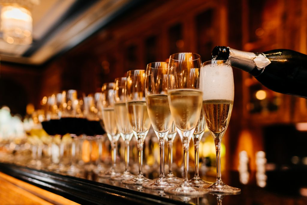Verres de champagne sur un bar d hôtel de luxe