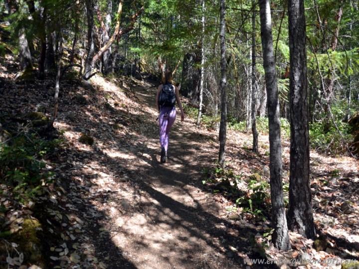 Priscila fazendo trilha no Mount Work em Victoria no Canadá