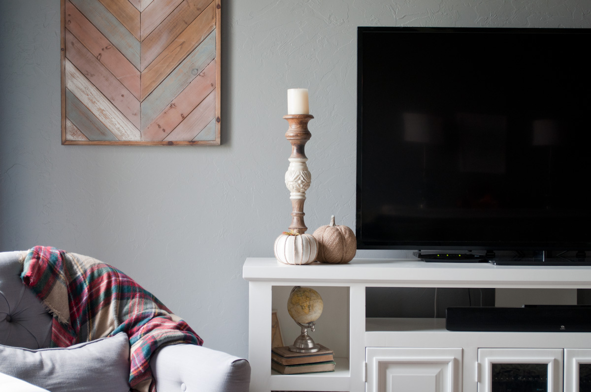 Just as the weather has been slowly turning to Fall, I have been slowly bringing out my Fall decor. Come take a peek at our family room with bits of Fall sprinkled about.