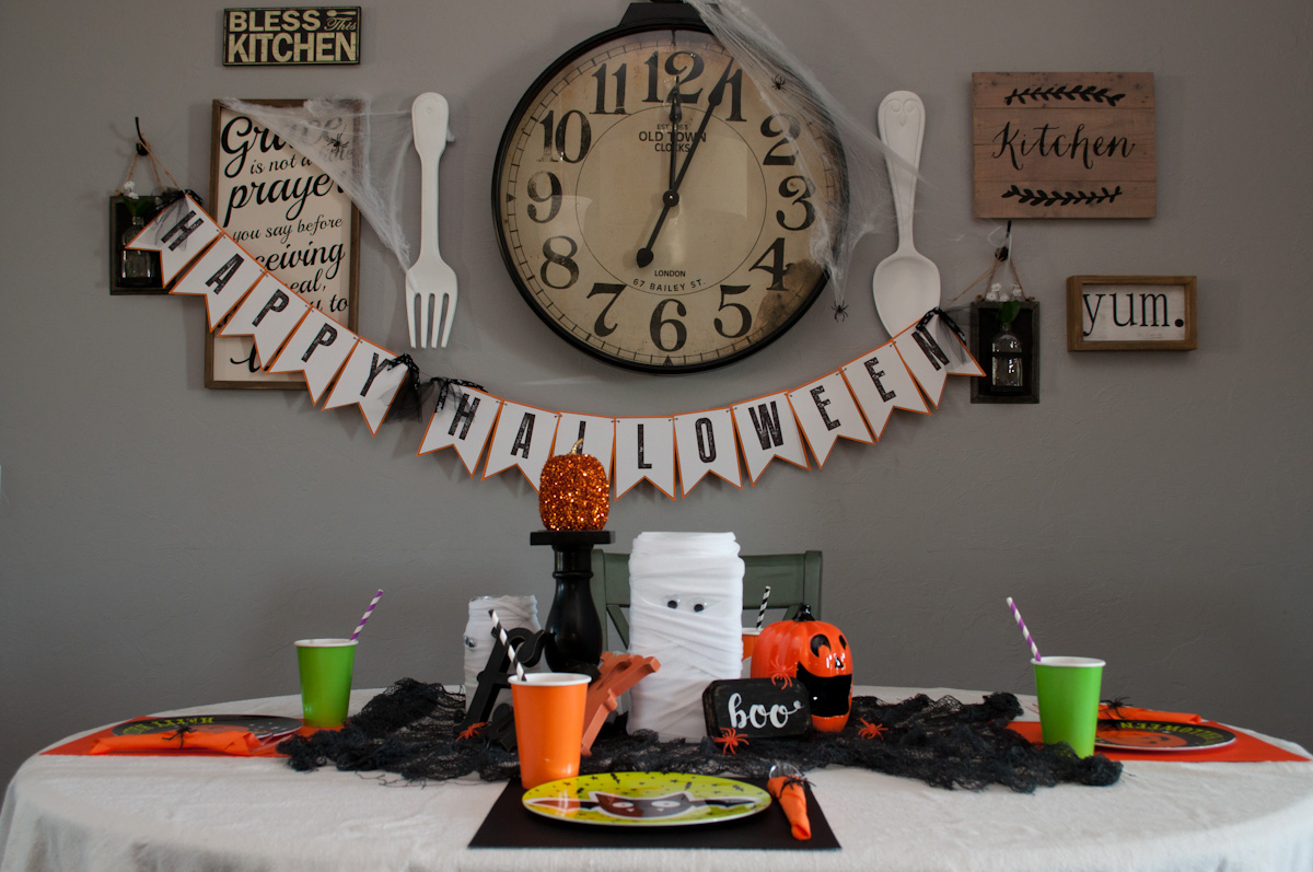 Halloween kids table decor ideas embellishology fun simple and inexpensive halloween table decor for kids solutioingenieria Gallery