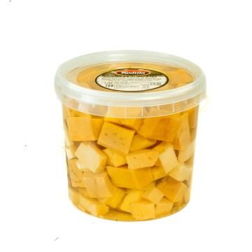Cubo de tacos de queso en aceite