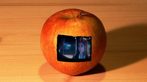 TV everywhere, una micro TV insertada dentro de una manzana