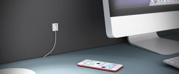 Creatiu pegado junto a un iMac